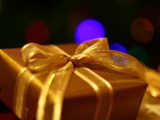 обои Подарочная коробка с золотистым бантом фото