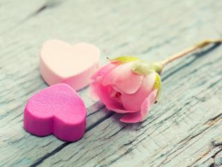 обои Роза и два сладких сердечка на досках фото