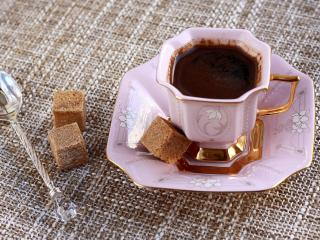 обои Чашка кофе с кубиками коричневого сахара фото