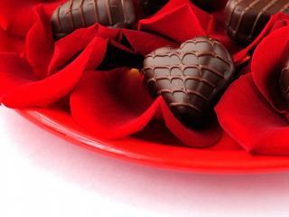 обои Сердечные конфеты на лепестках фото