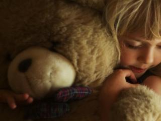 обои Девочка спит с медвежонком фото