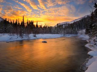 обои Зимняя река на закате, в горах фото