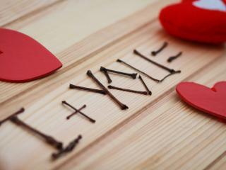 обои Сердечки на деревянных досках и надпись из палочек фото
