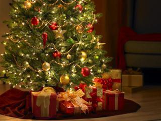обои Яркая светящаяся елка с подарками фото