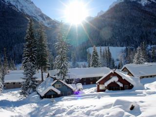 обои Английская деревушка в снежном ущелье фото