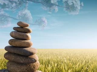 обои для рабочего стола: Пирамида камней на фоне поля