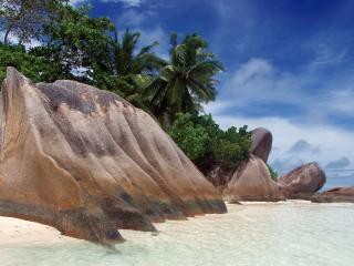 обои Огромные камни на белом песке фото