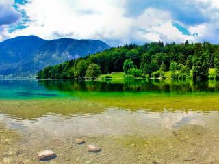 обои Гладь зеленого озера фото