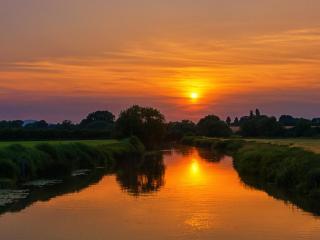 обои Зеленый канал в золотом закате фото