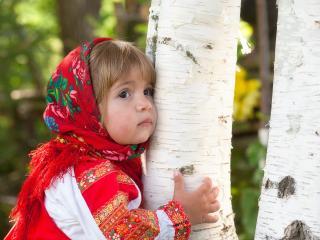 обои Маленькая Алёнушка обняла берёзку фото