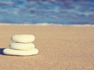 обои для рабочего стола: Пирамида камней на чистом песке