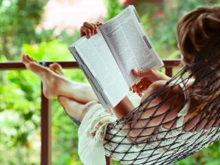 обои Чтение в летний полдень фото