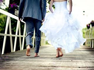 обои Жених и невеста босиком по мосту фото