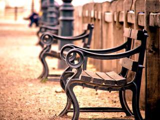обои Парковые скамьи вдоль деревянного забора фото