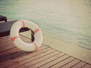 обои Пляж,   шезлонги на досках и спасательный круг фото