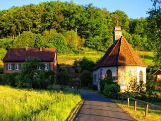 обои Красивый дом в зелени фото