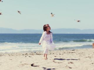 обои Девочка пляж чайки фото