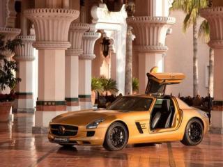 обои Жёлтая машина во дворце фото