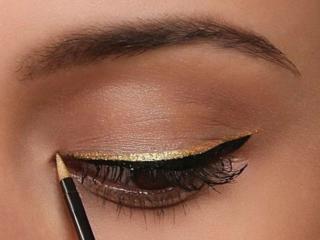 обои Нанесение макияжа - С золотистым карандашом фото