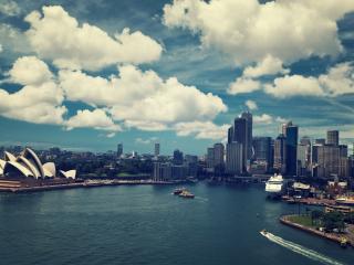 обои Залив с облаками у мегаполиса фото