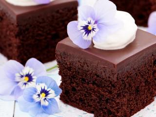 обои Шоколадный тортик с голубыми цветами фото