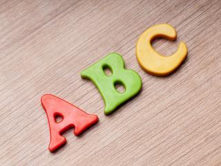 обои Разноцветные буквы английского алфавита фото