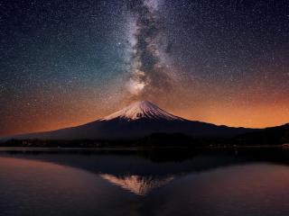 обои для рабочего стола: Великий вулкан под звездным небом