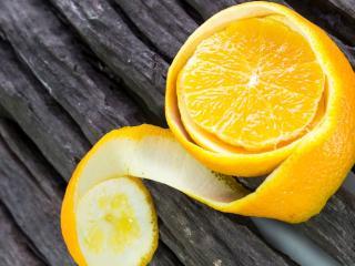 обои Очищенный апельсин на сухой изгороди фото