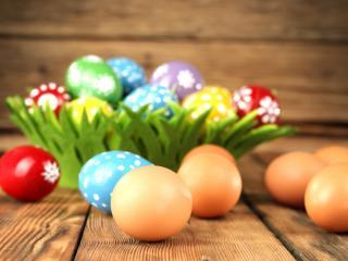 обои Разные яйца в вазе и на досках фото