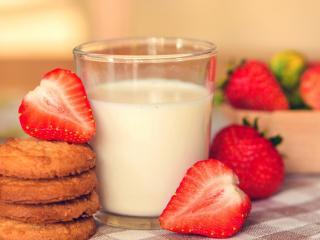 обои Клубника печенье и молоко фото