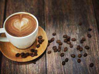 обои Кофе в чашке и зерна на столе фото