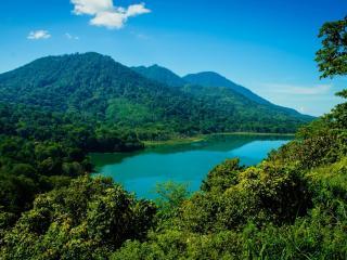 обои Голубое горное озеро спрятанное в зелени фото