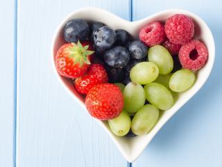 обои Сладкие ягоды в вазе сердцем фото