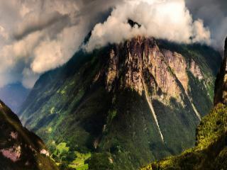 обои Крутые горы с шапкой облаков фото