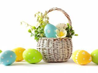 обои Раскрашенные яйца в плетеной корзинке фото