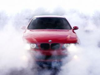 обои Красная машина в тумане фото