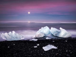 обои Лед на черных камнях фото