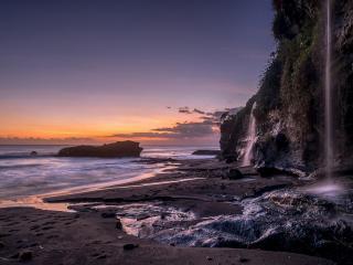 обои Крутой берег с водопадами фото