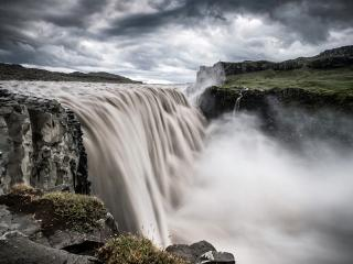 обои Мощный водопад под свинцовыми облаками фото