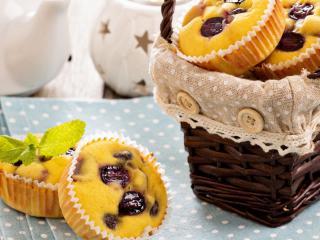 обои Сладкие кексы и плетенная корзинка фото