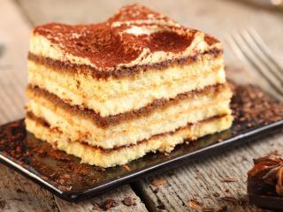 обои Кусочек медово-шоколадного торта фото