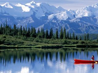 обои Лодка на тихом горном озере фото