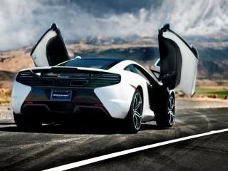 обои McLaren на трассе с открытыми дверьми фото