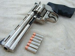 обои Кольт Пайтон - самый прекрасный серийный револьвер фото