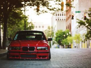 обои Красная машина у обочины фото