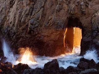 обои Морская волна в скале фото