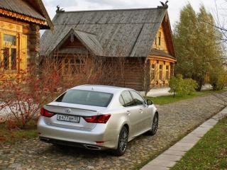 обои Lexus GS у деревянного дома фото
