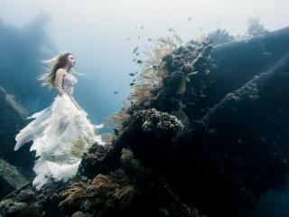 обои Девушка под водой в белом платье фото