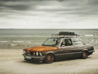 обои Тюнингованный BMW на берегу океана фото