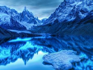обои Отражение гор в зеркальном озере фото